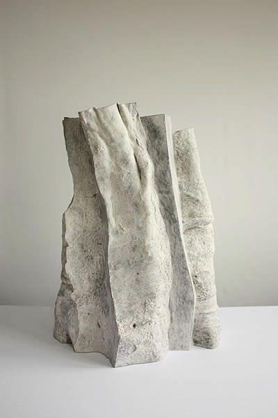 Ken Eastman. Dit beeld werkt vervreemdend voor mij. Het lijkt op steen maar het doet mij denken aan een paperbag. Ik vind het materiaalgebruik spannend.