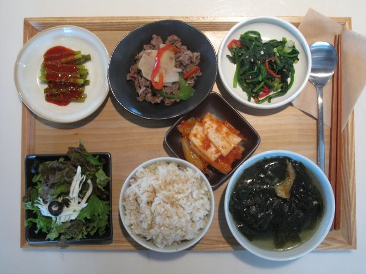 201년 2월 23일 목요일 그때그때밥상입니다. 마늘쫑무침, 버섯소고기불고기, 시금치나물 김치와 샐러드, 현미밥, 황태미역국입니다.