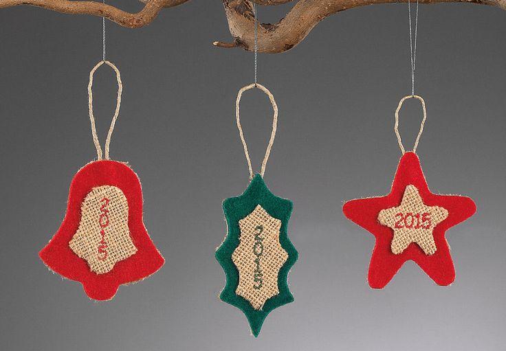 www.mpomponieres.gr Χριστουγεννιάτικα κρεμαστά διακοσμητικά στολίδια για το δέντρο φτιαγμένα από τσόχα και λινάτσα και κεντημένο το 2015. Οι διαστάσεις τoυς είναι: στολίδι αστέρι 11,5Χ7,5cm, στολίδι καμπάνα 14Χ7,5cm και στολίδι γκι 15Χ5 cm. Όλα τα χριστουγεννιάτικα προϊόντα μας είναι χειροποίητα ελληνικής κατασκευή. http://www.mpomponieres.gr/xristougienatika/xristougeniatika-kremasta-stolidia-gia-to-dentro.html #burlap #christmas #ornament #felt #stolidia #xristougenniatika