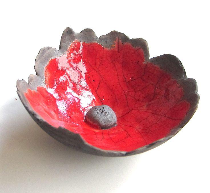 Petite fleur céramique RAKU rouge intense à poser sur une tige pour le jardin : Art céramique par iskia (www.iskia.be)
