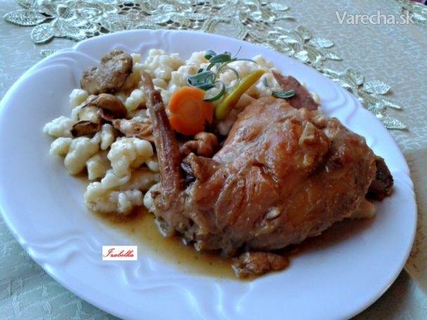 Špikovaný domáci králik so slaninou, cesnakom na červenom víne (fotorecept)