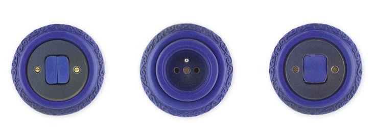 Porcelánové zásuvky a vypínače Mulier Ornament v barvě modrá vesmírná.