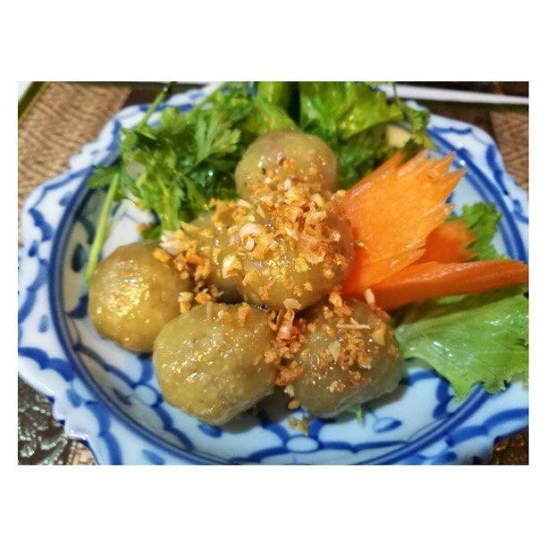 サークー サイ ムー(豚挽肉入りタピオカ蒸し団子) おやつでありながらおかずのような味でとてもタイ風な一品。生の唐辛子、パクチーと一緒に食べたり、レタスに包んで食べたりします。野菜と一緒だとさっぱり感が加わって食べやすい! レストランのご予約は、下記のLINE IDにコンタクトして下さい��@lanna_thai_cuisine (@lanna_thai_cuisine ) �� �� �� ���� ���� ���� �� �� �� �� �� �� �� �� ���� ���� ���� �� �� �� �� ��  #サークーサイムー#前菜#タイ料理#thaifood  #อาหารไทย#thairestuarant #ラーンナータイレストラン#Thai#อาหารไทย���� #lannathaicuisine#thairestauranttokyo#gotanda#shinagawa#lannathaicuisinetokyo #tokyo#デザート#おいしい#美味しい#タイ料理#タイスイーツ #ラーンナータイレストランパッタイ…