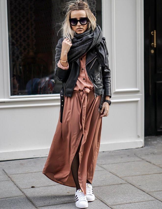 Pas de mots pour décrire ce style ! Robe trop longue rose + collants fins + superstars + perfecto en cuir + maxi écharpe + grosses lunettes noires+ chevelure ensoleillée