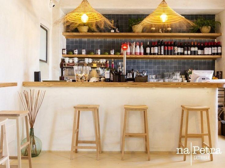 Para todos aquellos que prefieren una barra a una mesa, nosotros le reservamos un sitio en este agradable lugar��  #NaPetra #Gastrobar #Portopetro #Restaurante #Vino #Cava #Champán #Ribera #Ribeiro #EstrellaDamm #JorgeBibiloniStudio #Santanyí #Diseño #Interiorismo #VistasAlMar #Terraza #Bar #Cocteles #Degustación #PlatosParaCompartir #CompartirEsVivir #BarraDelBar http://misstagram.com/ipost/1552224777568064072/?code=BWKnDYOgRJI