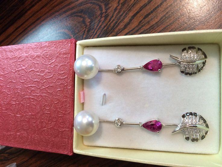 Zarcillos de perla con zafiro rosado y brillanteria