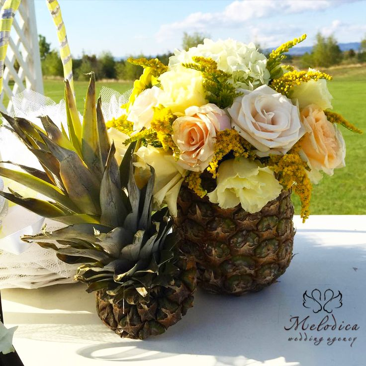 Detail from the decoration of our yellow and green decoration: a pineapple with flowers.