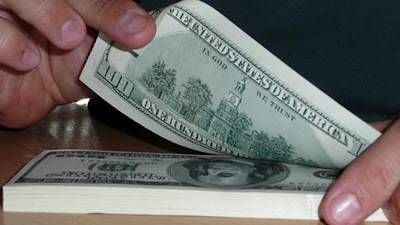 Comienzo de semana tranquilo, el dolar blue cede centavos, poca demanda y venta de bonos en la bolsa porteña, provocan esta baja. Comienzo de semana tranquilo, el dolar blue cede centavos, poca demanda y venta de bonos en la bolsa porteña, provocan esta baja.