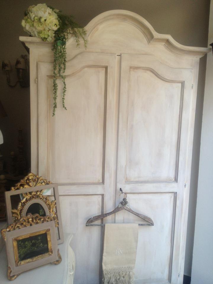 Armadio shabby chic,in legno nuovo di pioppo massello,personalizzato in stile shabby chic.Ideale come mobile da ingresso e non solo....