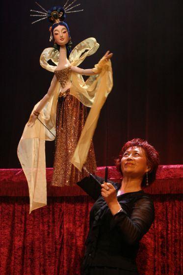 Chinese American rod - Chinese American rod puppeteer Yuqin Wang --- #Theaterkompass #Theater #Theatre #Puppen #Marionette #Handpuppen #Stockpuppen #Puppenspieler #Puppenspiel