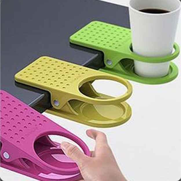 Um clipe que prende um porta-copos à sua mesa. | 22 produtos engenhosos que tornarão seu dia de trabalho muito melhor