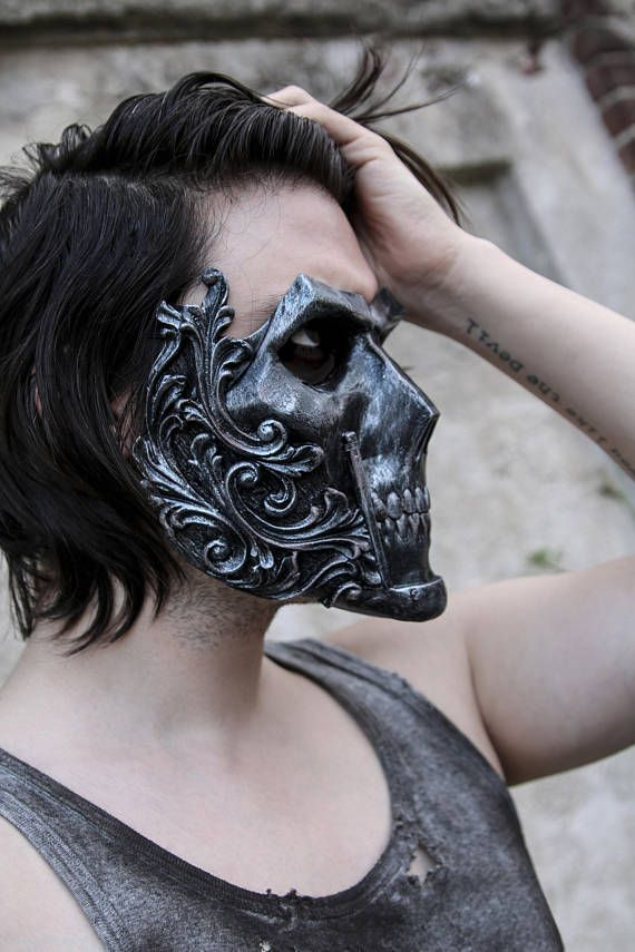 ▬THE ƘƝIԌHT▬ ᴄʀᴇᴀᴛᴏʀ: IVAN KING ʏᴇᴀʀ: 2017 Full face skull mask made in resin. Complitely handmade and handpainted. One size only (standard male size). You can custom your colors!! Just write them in the note section of the purchase page! Feel free to contact me for any additional