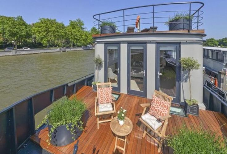 An old Dutch barge has undergone a complete redesign and refit, making it one of the most beautiful houseboats to be seen on the Thames, Feb '18