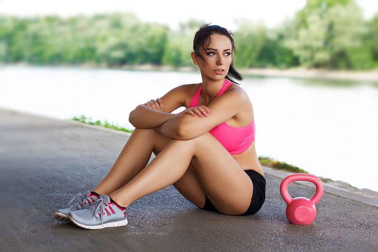 Om het een beetje leuk voor jezelf te maken in de sportschool zal ik je drie oefeningen verklappen die je met een kettlebell kunt doen. Het mooie van kettlebells is dat je in slechts drie stappen een total-body workout doet, het versterken van je bovenlichaam, onderlichaam en je core. Nog leuker is dat je hiervoor niet