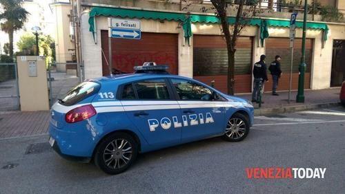 Veneto: #Avvicina #un'agente di #polizia penitenziaria sul bus e tenta di rapinarla a Marghera (link: http://ift.tt/1VqZeKc )