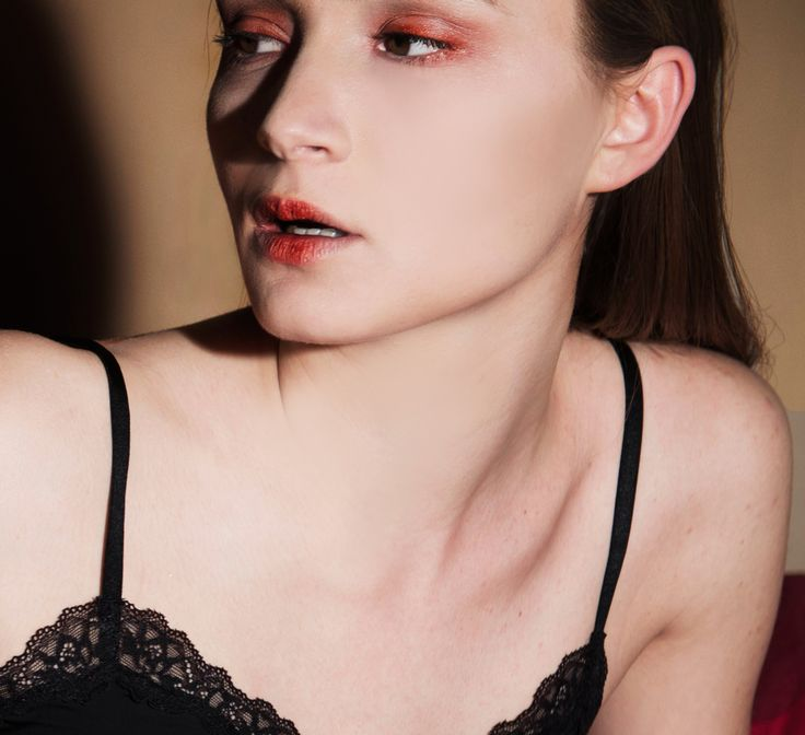BEAUTY MAKE UP  #ARMANIBEAUTY - Maestro fusion make up n. 03  #DOLCEEGABBANABEAUTY - Perfect luminous concealer n. 02 #DOLCEEGABBANABEAUTY - The illuminator Eva 03 #BENEFIT - Hoola   #DOLCEEGABBANABEAUTY - Khol Dahlia 05 #GIVENCHYBEAUTY - eyeshadows cream n. 8 #MACCOSMETICS - eyeshadow To Boldly Go #GIVENCHYBEAUTY - Mascara Phenomen'eyes  #DOLCEEGABBANABEAUTY- Lip liner ultra 7 #TOMFORDBEAUTY - Lip gloss Sea Dragon.  LIGHTING BY  #MAKEUPFOREVER Starlit Liquid Illuminante