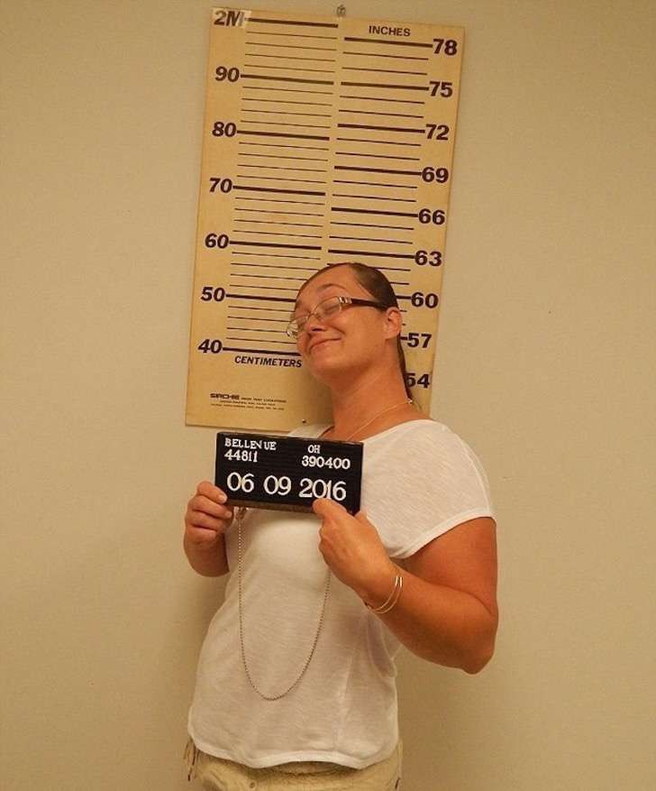Esta mujer sonríe en sus fotos policiales. Pero deberá pasar nada menos que 7 meses en la cárcel