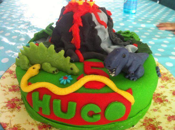 Dino taart met T-Rex, stegosaurus, slang en vulkaan