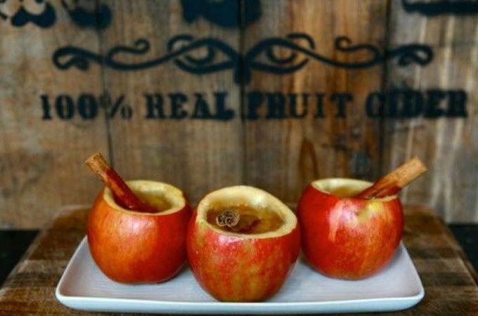 Uitgeholde appels met lauwwarme (of gekoeld in de zomer) appelcider en/of appelsap (mix kan ook), wat palmsuiker, kaneelstokje.