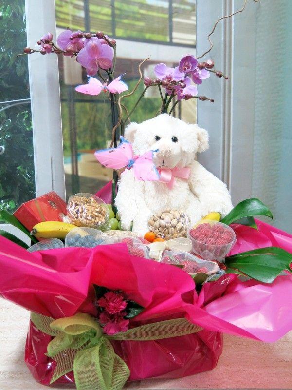 ¿No te parece un regalo entrañable? Hazte con esta cesta de frutos rojos con una orquídea y un oso de peluche.