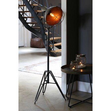 Industrieel verstelbaar vloerlamp, stoere driepoot vloerlamp valt direct op. Door zijn originele vormgeving en in hoogte verstelbaar.