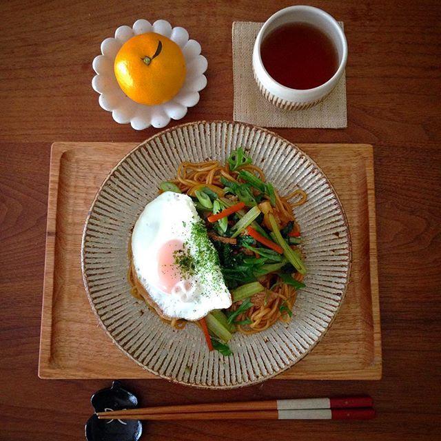Instagram media by sai0212 - ☺︎ 2016.11.13. * 今日のお昼ごはん * 息子のリクエストで焼きそばを作りました。 * 朝のテレビ番組で焼きそば特集をやっているの見て食べたくなったみたい。 * 具には豚肉、小松菜、人参、黄色のパプリカ、九条ネギが入っています。 * ソースはちょっと甘めなオタフクソース。 * どろソースも好きやけど。 * #お昼ごはん #ランチ #おうちごはん #家庭料理 #焼きそば #叶谷真一郎 #増田哲士 #石川裕信 #小沢賢一 #矢島操