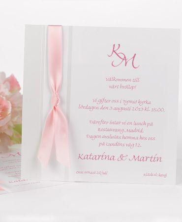 Inbjudningskort Adornment med band i valfri färg. #calligraphenwedding #calligraphendetails #invitations #inbjudningskort #wedding #bröllop #bröllopskort
