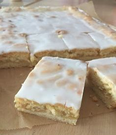 Kennt Ihr diesen obermegageilen Apfelkuchen mit Decke und Zuckerguss vom Bäcker? Ich liebe ihn, nein ich LIEBE ihn! Wann immer ich die Möglichkeit - und das Kleingeld - dafür habe, muss ein Stück mit.