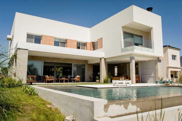 City Bell. Diseñada por el estudio de arquitectura Grinfeld-Reyes, la casa irradia una belleza armónica producto del uso balanceado de la luz, el espacio, la relación interior –exterior y los principios de la estética contemporánea.
