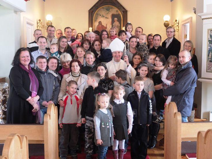 Una piccola comunità in crescita.  I lavori per la traduzione del messale in lingua islandese sono iniziati ben 40 anni fa'. E finalmente quest'anno, proprio nell'Anno della Fede, la comunità cattolica d'Islanda ha potuto veder stampato il libro liturgico nella propria lingua madre. Il vescovo di Reykjavík, monsignor Pierre Bürcher, ne ha donata personalmente una copia a Papa Francesco.  http://acs-italia.org/progetti-in-corso/una-piccola-comunita-in-crescita/