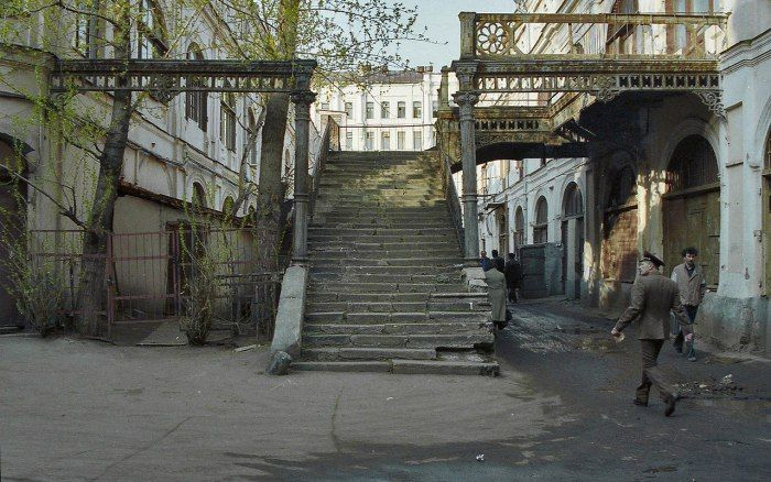Старая лестница в одном из Московских переулков.