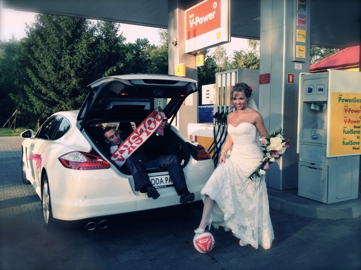 Kasia ustawiła już Tomka do zdjecia. Porsche to niezwykłe auto do ślubu! Można dużo wymagać.