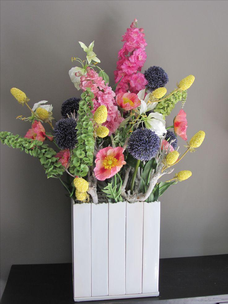 Super zomerse kleurrijke creatie met zijden bloemen (Blauwe allium, roze papavers, witte gloriosa) www.abonneefleur.nl