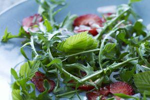 Salat af bøgeblade og mælkebøtter med jordbær og løg