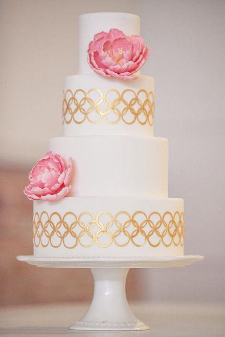 Torta de boda de tres niveles decorada con colores dorados y flores de azúcar rosadas, preciosa. #BodasConRosado