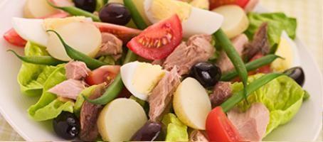 Macht satt, liegt aber nicht schwer im Magen: Siggi Reitz' Nizza Salat mit gebratenem Thunfischfilet.