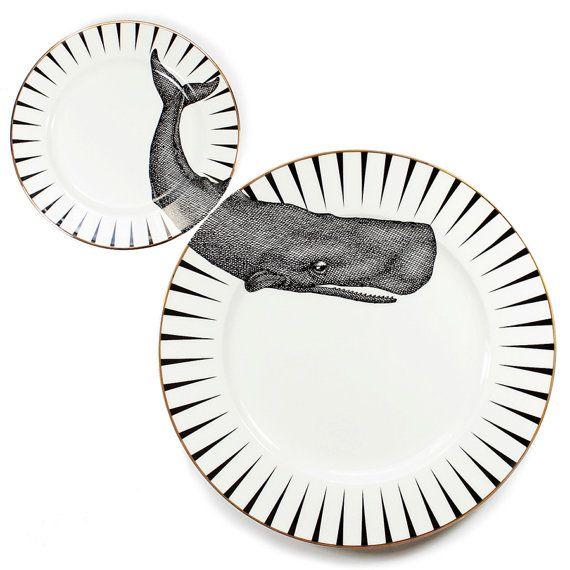 Niedlich und schrulligen Wal einer Zeit Teller set mit einzigartigen Wal Abbildung auf das wunderschöne passende Abendessen und Seitenplatten angewendet. Teil der exklusiven Yvonne Ellen Monochrome Kollektion. Die Platten sind hochwertige Porzellan mit schönen gold Goldschnitt Detaillierung. Diese schöne passende Platten wäre perfekt für wowing Gäste Ihr Dinner-Partys oder auch als einzigartiges Kunstwerk auf Ihrer Wand! (Platte Kleiderbügel vorhanden). Als Paar verkauft. Funktionale…