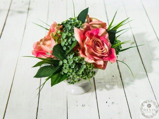 Прекрасные розы в сочетании с сочной зеленью!