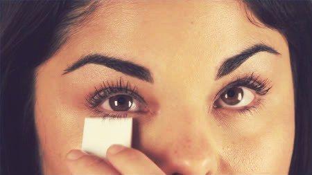 Para evitar borrões ou excesso de produto, posicione um lenço de papel na base dos cílios e passe a máscara por cima. Espere secar por alguns segundos e retire o lenço. Se achar que o lenço é difícil de ser posicionado embaixo dos pelos, use um cartão de crédito velho.