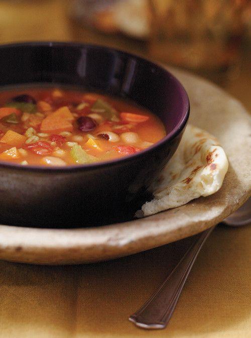 Soupe-repas aux légumineuses et au curcuma - 1 oignon, haché   2 carottes  2 branches de céleri  1 gousse d'ail, hachée   60 ml d'orge perlé   2,5 ml  poudre de cari   2,5 ml curcuma moulu   45 ml (3 c. à soupe) d'huile d'olive   1,5 litre (6 tasses) de bouillon de poulet maison ou du commerce   1 boîte de 540 ml (19 oz) de légumineuses mélangées, rincées et égouttées   1 boîte de 398 ml (14 oz) de tomates en dés, égouttées   1 petite patate douce- zeste d'un citron et coriandre fraîche…