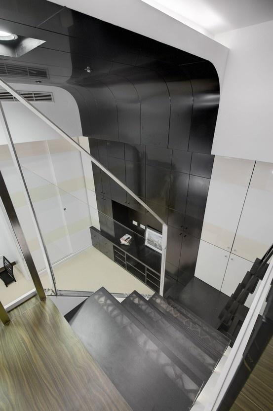 樓梯用實木,雕刻圖形穿透樓梯板,並用特殊材料填實,因此表面為平整的,下方崁LED燈條,晚上開燈時,光線會由樓梯穿透處透出光線。