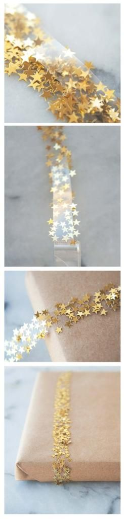 Envoltorios de paquetes o empaquetados para regalos en navidad con celo o cinta aislante y estrellas, confeti dorado o purpurina sobre papel de estraza marron.