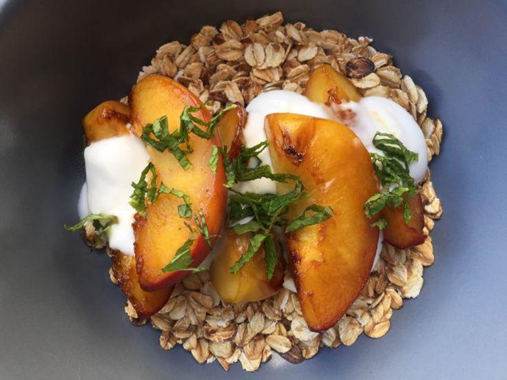 Запечённые персики без сахара с сухой овсянкой и греческим йогуртом