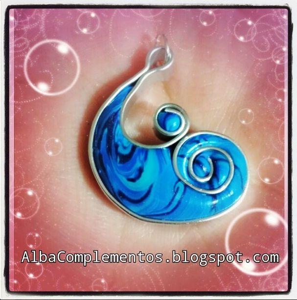 Colgante ola en tonos azules, hecho a mano en AlbaComplementos #colgante  #azul #hechoamano #AlbaComplementos #butterfly #blue #handmade #bisutería #accesorios #complementos