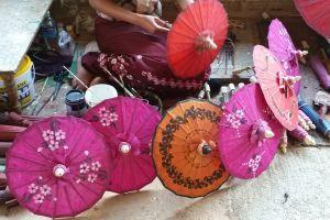 Verso Pindaya: ombrellini colorati! #snapshot #dilloingiruland #raccontirealidiviaggio #diariodiviaggio #partiamoinsieme #travelblog #birmania