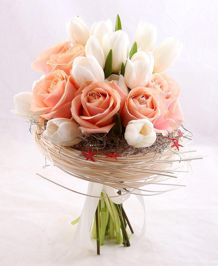 """Cuibul cu dragoste"" este realizat din lalele albe si trandafiri Avalance. ""Love Nest"" is made of white tulips and Avalanche roses."