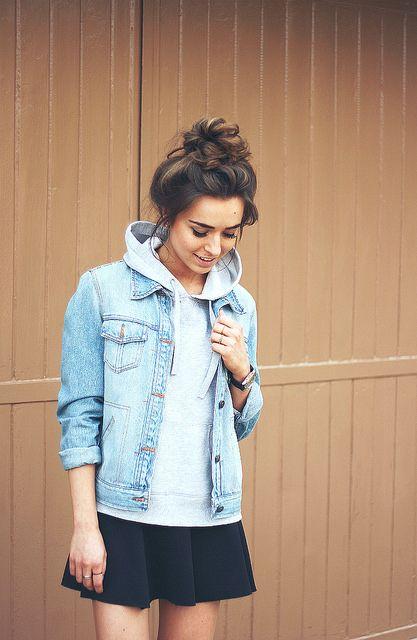 moletom + jaqueta jeans + saia