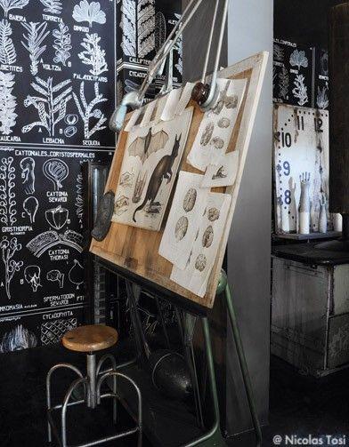 """Le papier peint """"Métamorph'os"""", sur fond noir de Vincent Darré habille tout le mur  Cabinet Naturaliste - Un concept-store aux puces de Saint-Ouen - Elle"""