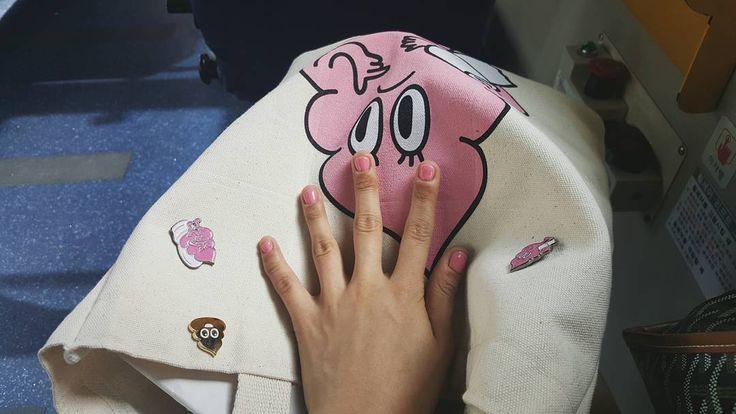 과자전 떨이들  #분홍 #똥 #네일 #핑크 #분홍 #pink #에코백 #뱃지 #춘우장 #종로 #마켓 #market #장터 #vsco