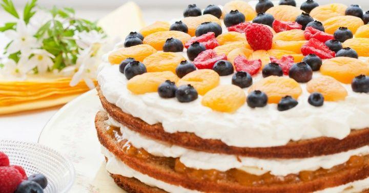 Norwegian cake with banana - recipe here: http://www.melk.no/oppskrifter/kaker-bakst/festkaker-blotkaker/blotkake-med-banan/